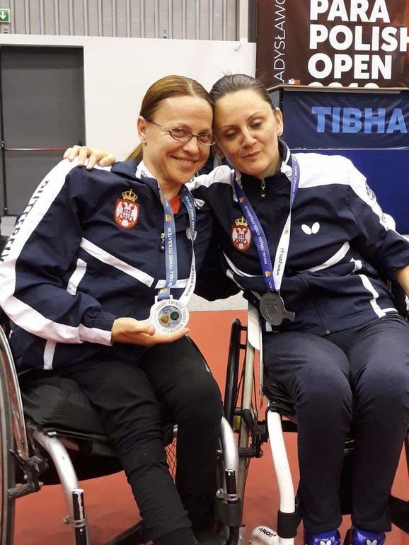 Ana Prvulović (desno)