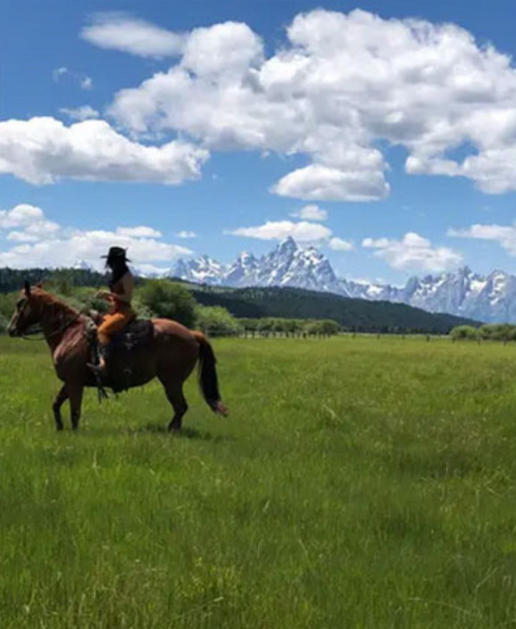 Kortni Kardašijan jaše konja na svom imanju