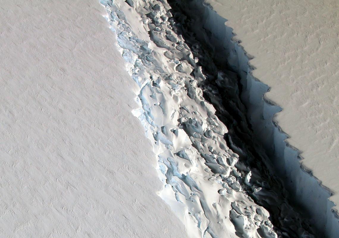 Pęknięcie w lodzie ma szerokość około 100 metrów
