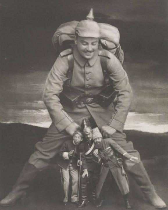 Fotomontaža iz 1914. koja prikazuje nemačkog vojnika i umanjenih vojnika Antante (vojska Rusije, Francuske i Ujedinjenog Kraljevstva)