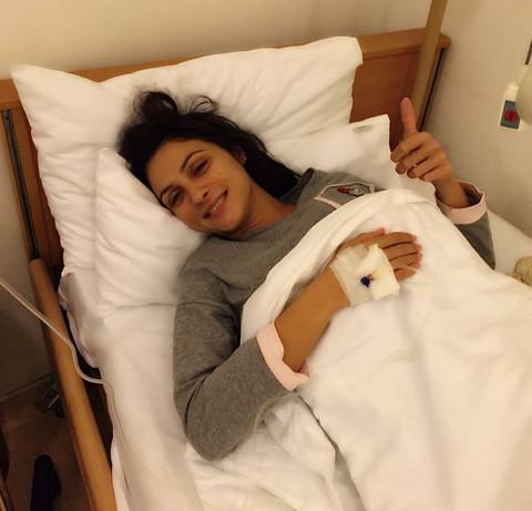 ŠOKANTNA FOTOGRAFIJA: Pevačica u bolničkom krevetu priključena na infuziju