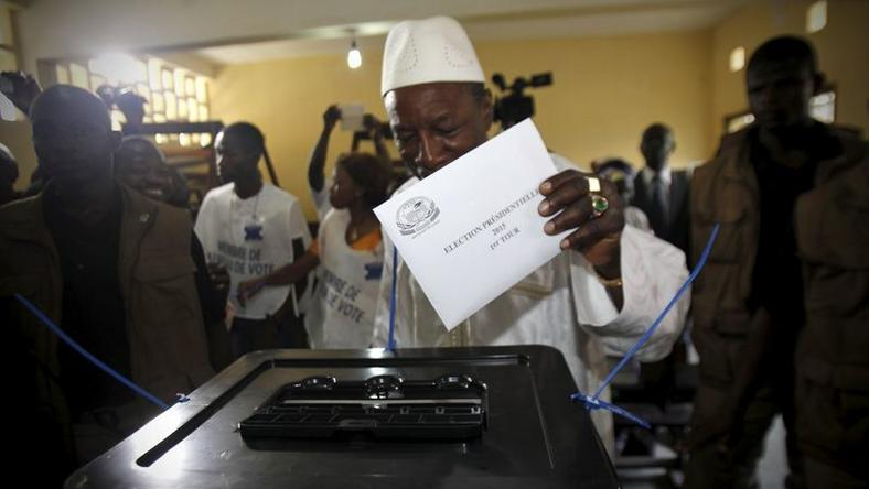 Incumbent president Alpha Conde, leader of Rassemblement du Peuple de Guinea (RPG), casts his vote at a polling station during a presidential election in Conakry, Guinea October 11, 2015. REUTERS/Luc Gnago