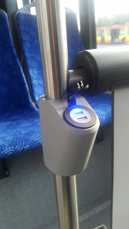 Ładowarka USB w solarisie wrocławskiego MPK