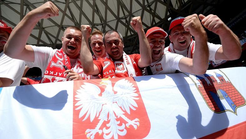"""""""Polska, biało-czerwoni"""", """"Jesteśmy z wami"""", """"Gramy u siebie"""" i """"Jeszcze jeden"""" – to tylko niektóre hasła, jakie skandowali."""