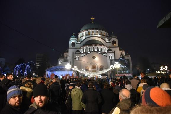 Građani ispred Hrama Svetog Save
