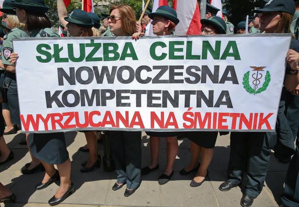 Pikieta celników przed Sejmem w Warszawie.