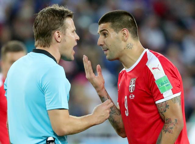 Aleksandar Mitrović u razgovoru sa arbitrom Feliksom Brihom