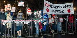Policja żąda kar dla protestujących podczas przejazdu Kaczyńskiego na Wawel