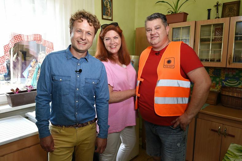 """""""Nuestro nuevo hogar""""Maciej Pertkiewicz, con la anfitriona Katarzyna Dowbor y el jefe del equipo de regeneración, Wiesław Nowobilski"""