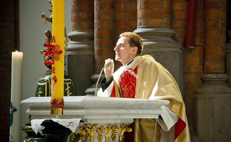 Ksiądz Jacek Międlar wygłasza kazanie w białostockim kościele