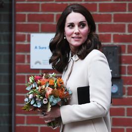Księżna Kate Middleton w centrum dziecięcym. Jak prezentowała się w jasnym płaszczu?