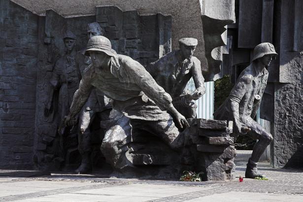 Oto legenda żołnierzy wyklętych zaczęła wypierać nawet pamięć o Armii Krajowej. Owszem, nadal nie daje o sobie zapomnieć powstanie warszawskie, lecz już inne ważne wydarzenia tyczące się dziejów Polskiego Państwa Podziemnego zaczęły znikać z pierwszego planu.