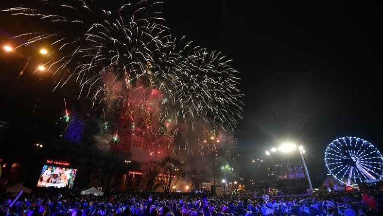 """Pokaz sztucznych ogni """"Światełko do nieba"""" na placu Defilad w Warszawie"""