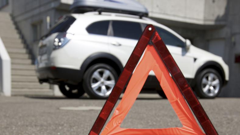 Przedmioty potrzebne w nagłych przypadkach, takie jak trójkąt ostrzegawczy, odblaskowa kamizelka ostrzegawcza czy zestaw pierwszej pomocy, należy schować w łatwo dostępnym miejscu