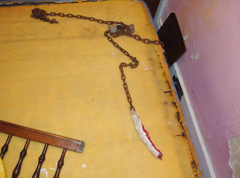 Łańcuchy przy materacu