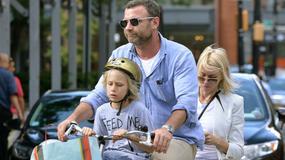 Aktorska para z synem na jednym rowerze :)