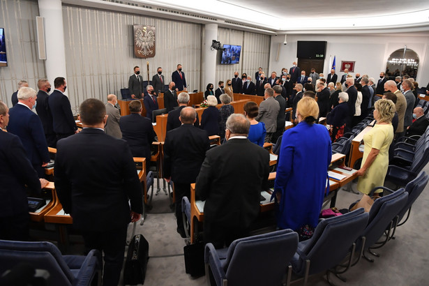 Senatorowie na sali plenarnej Senatu