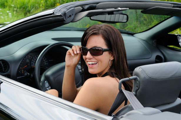 Dociekliwi, którzy zajrzą do Ustawy o ubezpieczeniach obowiązkowych, UFG i PBUK przekonają się, że ubezpieczenie OC jest narzucone właścicielowi samochodu przez przepisy prawa, a ponadto zakres ochrony jest taki sam we wszystkich firmach ubezpieczeniowych.