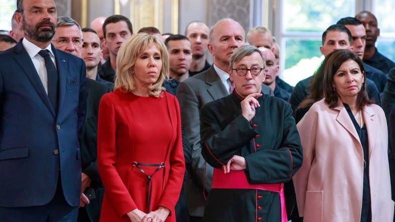 W Pałacu Elizejskim prezydent Macron spotkał się dziś ze strażakami i przedstawicielami innych służb biorących udział w gaszeniu pożaru katedry Notre Dame. Przemówienia, które wygłosił, wysłuchała także jego żona...