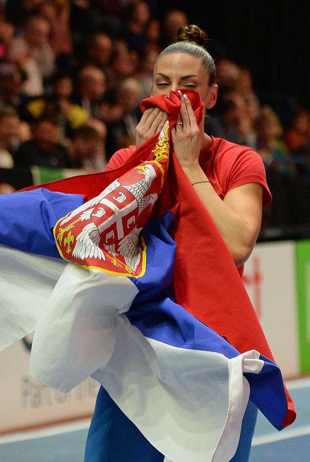 Ivana Španović sa zastavom Srbije