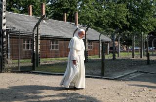 Papież Franciszek w Oświęcimiu. W ciszy oddaje hołd zmarłym i byłym więźniom