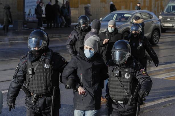 Zatrzymania trwają już od ponad dwóch godzin; funkcjonariusze zabierają do aut policyjnych głównie mężczyzn.