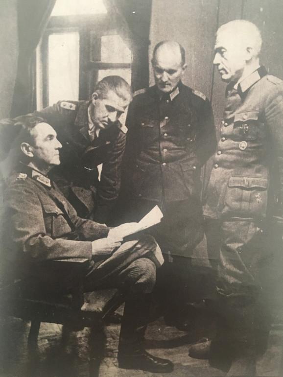 """Paulus čita izjavu """"Slobodne Nemačke"""". Ispred njega stoji Sejdlic. 14. avgust 1944."""
