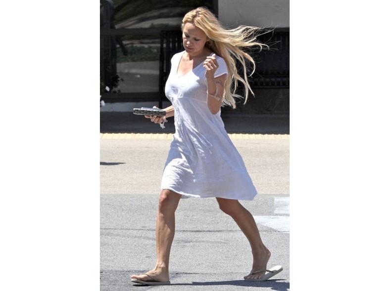 Pamela Anderson wciąż ma atrakcyjną figurę, ale jej twarz bez makijażu już nie zachwyca.