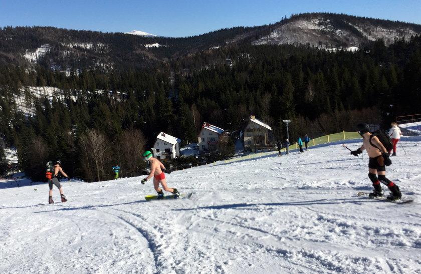Półnadzy snowboardziści na stoku