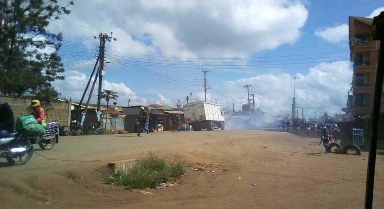 Police lob teargas at traders ignoring social distancing rules at Madaraka Market in Makongeni, Thika