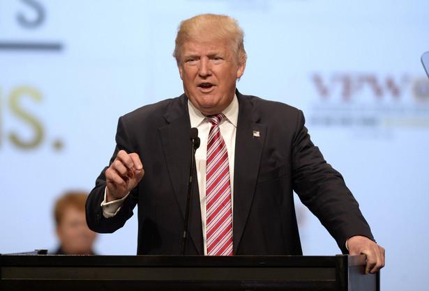 """""""Musimy bronić Niemiec, Japonii, Korei Południowej, Arabii Saudyjskiej. Jesteśmy żandarmem całego świata. Ale przestaje być nas na to stać"""" – rzekł po ogłoszeniu swojego manifestu """"America First"""" (Po pierwsze Ameryka)."""