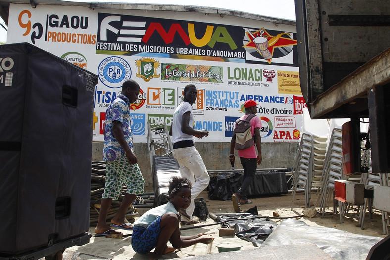 Sprzątanie po festiwalu w Abidżanie
