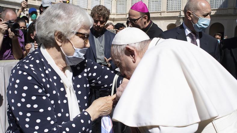 Papież Franciszek całuje numer obozowy na ręce Lidii Maksymowicz