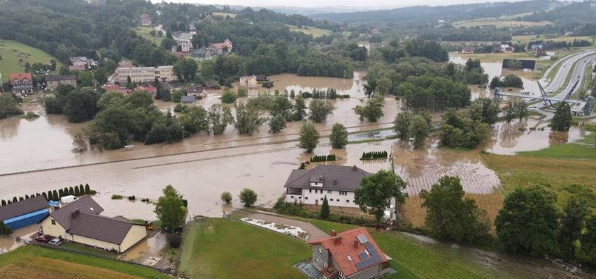 Ekstremalne warunki na Zakopiance. Droga całkowicie zalana i zamknięta do odwołania