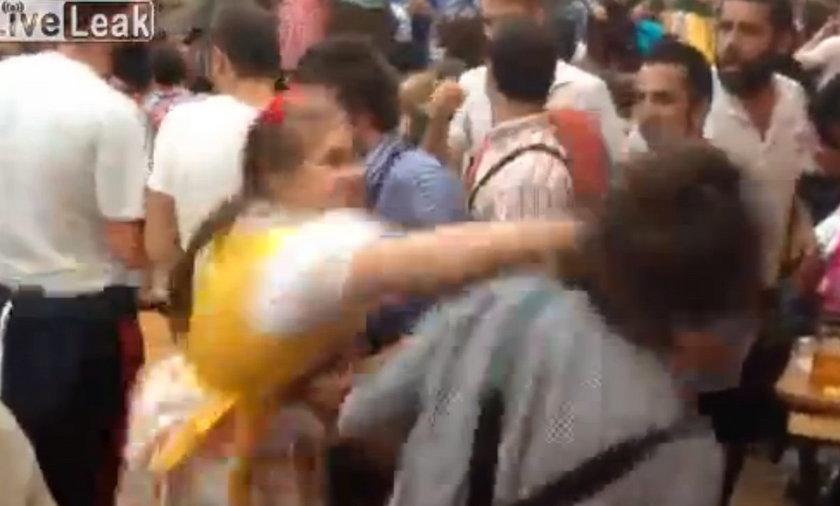 Dziewczyna bije się na Oktoberfest