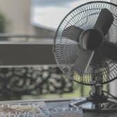 Zvuči SULUDO, ali baš pomaže: Noću ventilator uperite u OVU TAČKU i radiće bolje i od klime