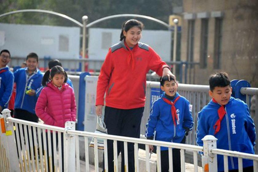 Chiny: Ma 11 lat i ponad 2 m wzrostu. To najwyższa dziewczynka świata?
