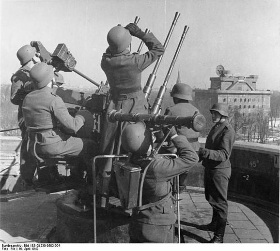 Nemački vojnici na tornju 16. aprila 1942.