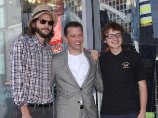 Ashton Kutcher, Jon Cryer i Angus T. Jones