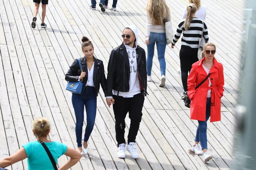 Julia Wieniawa na spacerze z mamą i Baronem