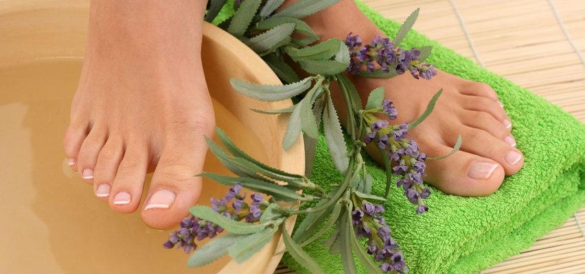 Naturalne sposoby na pękające pięty - tanie i skuteczne!
