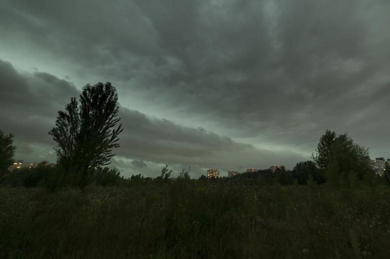 Chmura szelfowa przechodząca nad Poznaniem przynosząca wielką nawałnicę widziana ze ścieżki pieszo-rowerowej w Parku Rataj