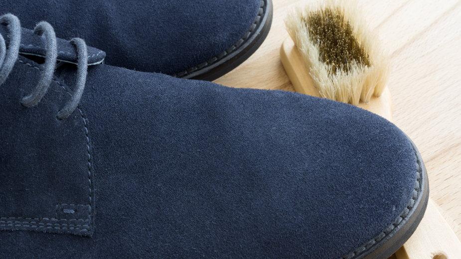 Do czyszczenia zamszu przydaje się specjalna szczotka - Roberto Del Bianco/stock.adobe.com