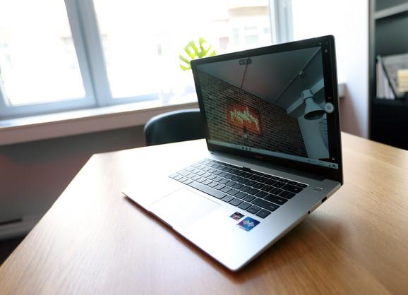 Šarka laptopa omogućuje otvaranje pod uglom od skoro 180 stepen