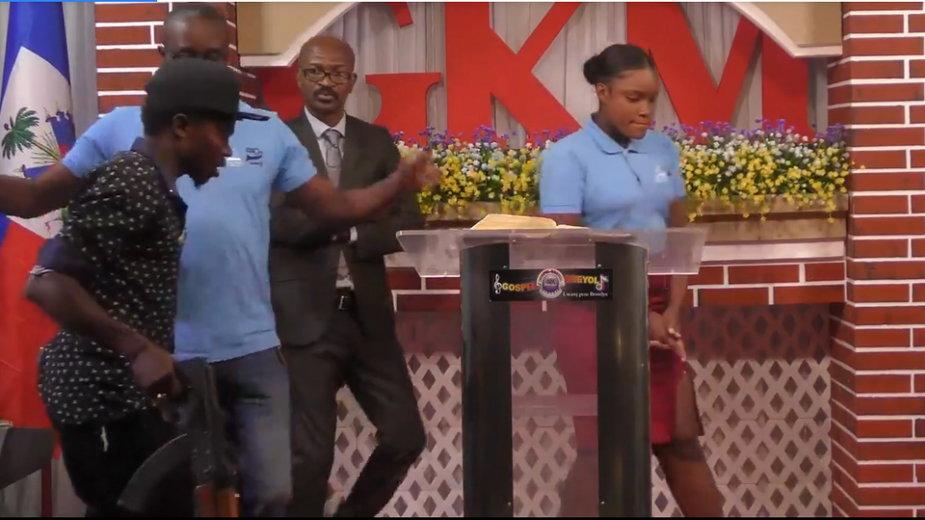 Pastor został porwany przez uzbrojonych mężczyzn. Kadr z transmisji z profilu Gospel Kreyòl na Facebooku