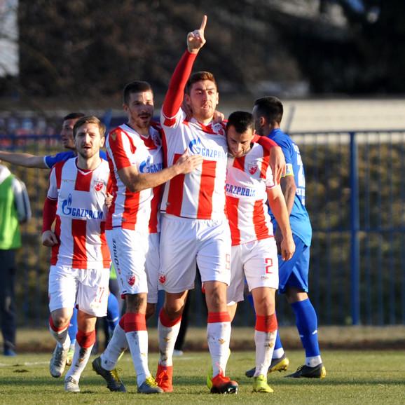 Milan Pavkov sa saigračima slavi pogodak