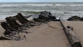 Bałtyk wyrzucił na plażę wrak drewnianej łodzi