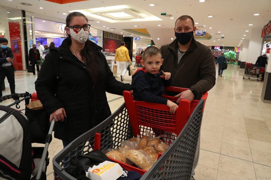 János és Vera nem találtak a gyereknek szörpöt,  elkapkodták előlük / Fotó: Pozsonyi Zita