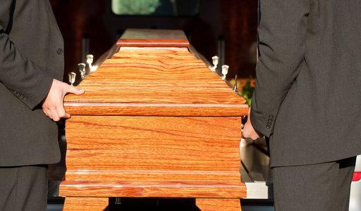 Szaleństwo. Kobieta zorganizowała swój fałszywy pogrzeb. Ludzie płakali. A ona po wszystkim powiedziała: to spełnienie moich marzeń