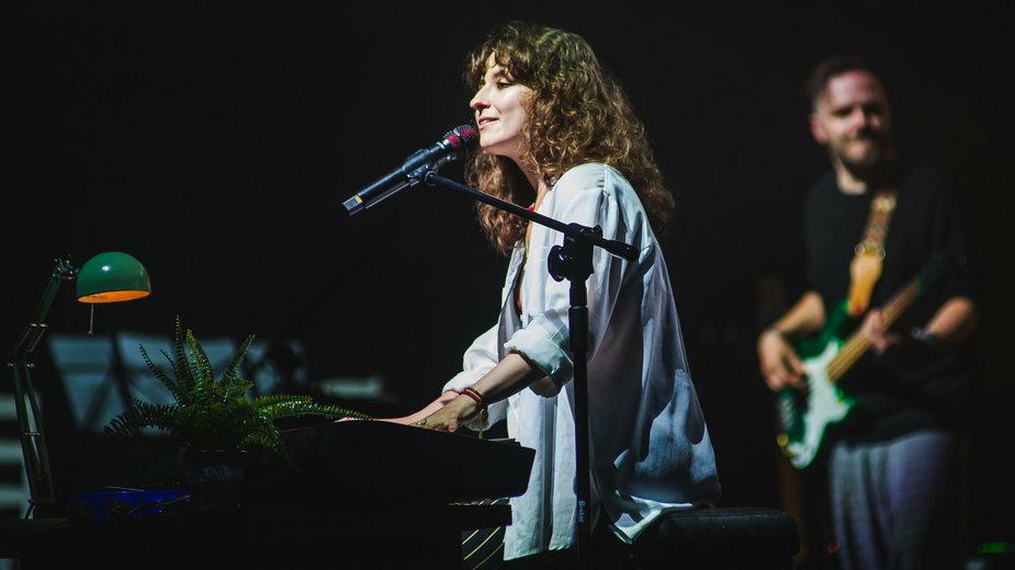 Koncert zespołu Kwiat Jabloni, na zdjęciu Katarzyna Sienkiewicz